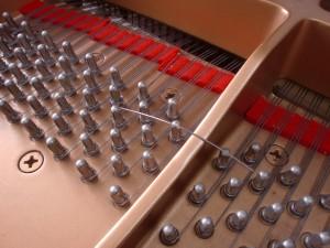 ピアノの弦が切れた